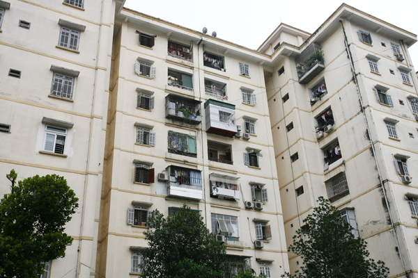 Chuồng cọp lơ lửng trên những tầng cao của khu nhà 9 tầng.