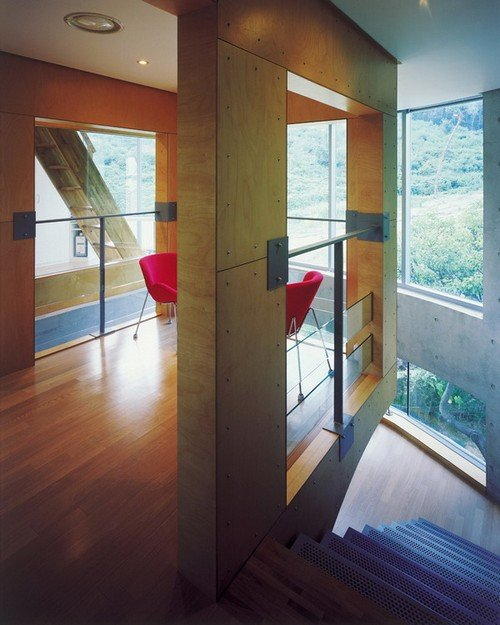 Những phòng nghỉ với tường kính thế này giúp chủ nhân dễ dàng tiếp cận với không gian xanh của sân vườn từ trong nhà.