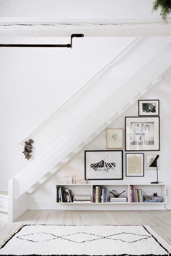 Với chiếc cầu thang gỗ trắng bóc này không gian ngôi nhà sẽ trở nên rộng thoáng bất ngờ.