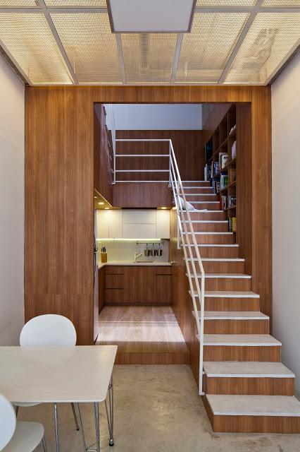 Sâu bên trong là khu vực bếp ăn được thiết kế với toàn bộ hệ thống tủ kệ bằng gỗ. Đây cũng là điểm nhân giúp căn nhà trở nên sang trọng và ấm áp.