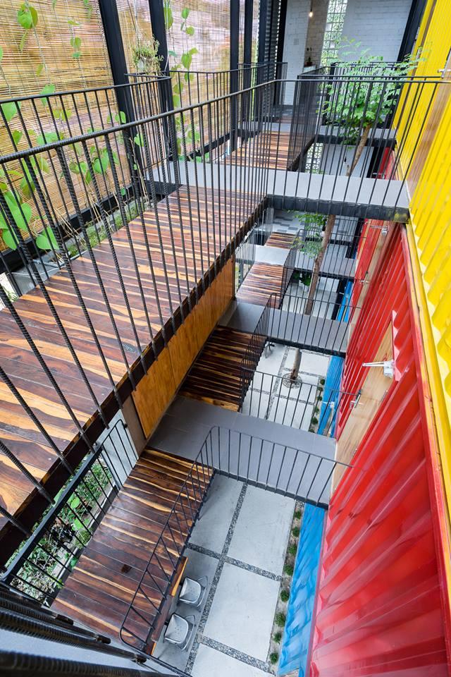 Khu vực hành lanh ở các tầng được thiết kế vô cùng thoáng đãng. Lối đi lại được ốp gỗ cùng lan can là những cây thép được hàn cố định để bảo đảm an toàn cho khách.