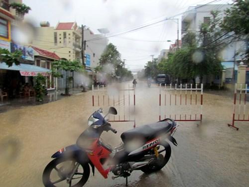 Sáng ngày 16/12, nhiều khu dân cư, nhiều con đường khác của thành phố Nha Trang đã ngập sâu trong nước, và nước vẫn đang lên. (Trong ảnh là đường Điện Biên Phủ)