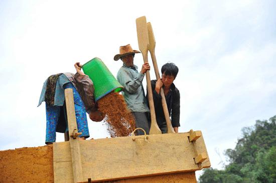 Để trình tường nhà, bà con phải làm những chiếc khuôn gỗ có chiều dài 1,5 m, rộng 0,45 - 0,5m. Khi trình tường, người ta đổ đất đầy khuôn gỗ, dùng những chiếc vồ nện chặt đất.