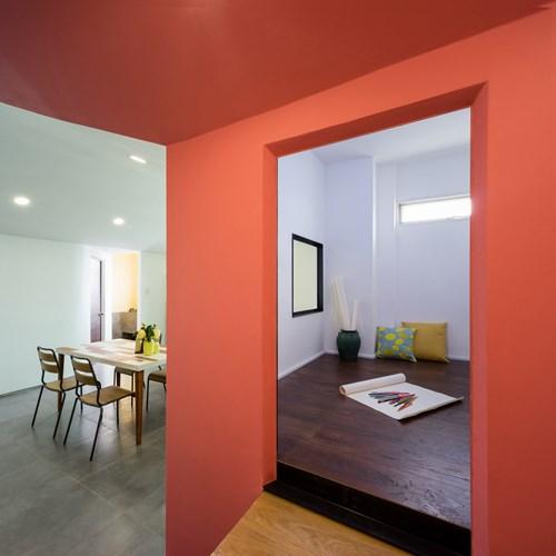 Không gian bếp ăn trước kia được cải tạo nâng cao sàn thành khu vực đa chức năng: bên trên có thể được dùng để học tập, làm việc, nghỉ ngơi, thậm chí là nơi vui chơi, thư giãn cho cả nhà.