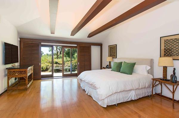 Phòng ngủ rộng thoáng và tràn ngập ánh sáng tự nhiên.