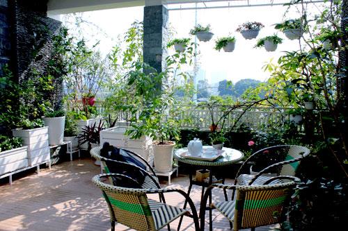 Góc nghỉ ngơi xanh mát đẹp lung linh trên sân thượng.