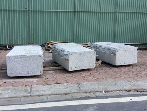 Dầm, cột bê tông được cắt và vận chuyển xuống mặt tiền nhà 8B Lê Trực