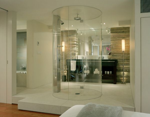 Buồng tắm trong suốt đặt giữa phòng với vòi sen gắn trần vô cùng đẹp mắt.