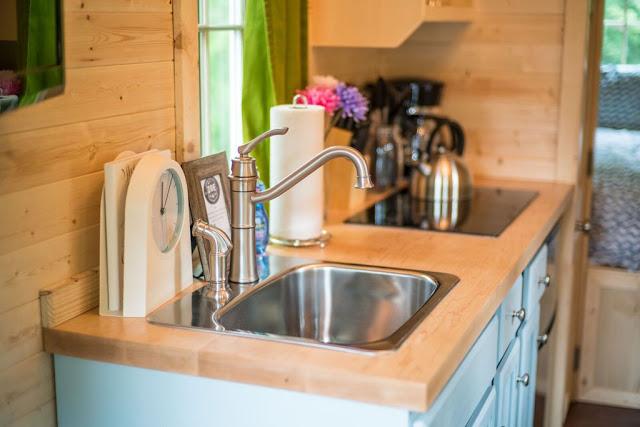 Sự gọn gàng và sạch sẽ nơi bếp ăn khiến cho góc nhỏ này càng thêm thoáng sáng.