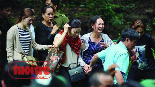 Người nhà các phi công đã tề tựu, đau lòng trước mất mát - Ảnh: Thuận Thắng