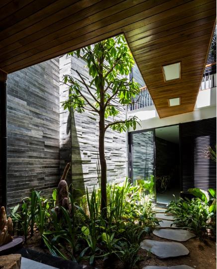 Nhờ lợi thế chiều dài tới 40m, chủ nhà đã dành nguyên một khoảng không ở giữa để trồng cây xanh, lấy ánh sáng và khí trời cho ngôi nhà.