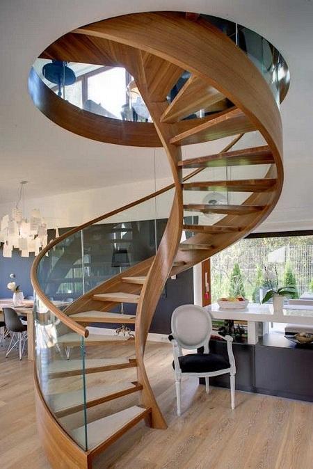 Với những căn nhà nhỏ thì mẫu cầu thang xoắn ốc kết hợp lan can kính lạ mắt này sẽ tiết kiệm được rất nhiều diện tích cho ngôi nhà.