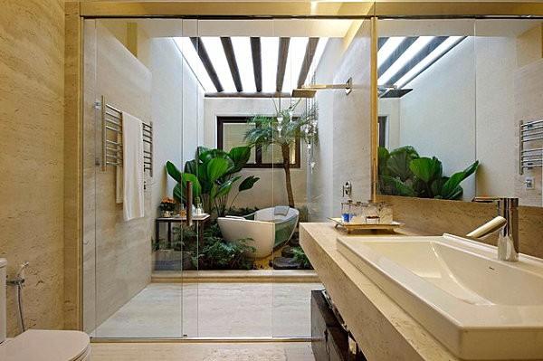 Với những ngôi nhà nhỏ không có sân vườn thì việc mang cây xanh vào phòng tắm không còn là vấn đề.