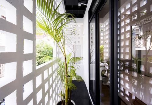 Thay vì bịt kín không gian bằng các bức tường cứng nhắc, các bức tường gạch thông gió biến tấu khá sinh động, tạo điểm nhấn bắt mắt.