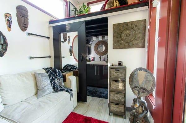 Những đồ vật trang trí nơi phòng khách của chủ nhân ngôi nhà đều rất độc, lạ và bắt mắt. Màu trắng được ví cho sự thanh thoát, sạch sẽ. Trong khi đó, sắc đỏ lại thể hiện tính năng động, vui nhộn. Hai gam màu khi phối hợp với nhau tạo ra không gian mới cực kỳ cuốn hút.