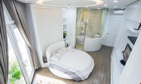Phòng ngủ lớn với thiết kế đón nắng tương tự như khách sạn 5 sao.