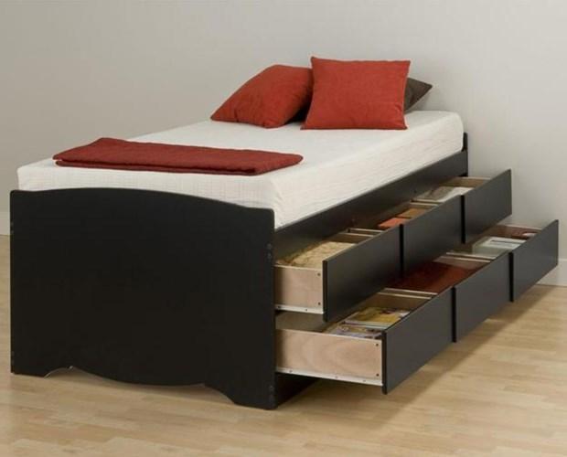 Chiếc giường nhỏ với ngăn kéo hai tầng này cũng làm cho không gian nhỏ trở nên vô cùng gọn gàng và ngăn nắp.
