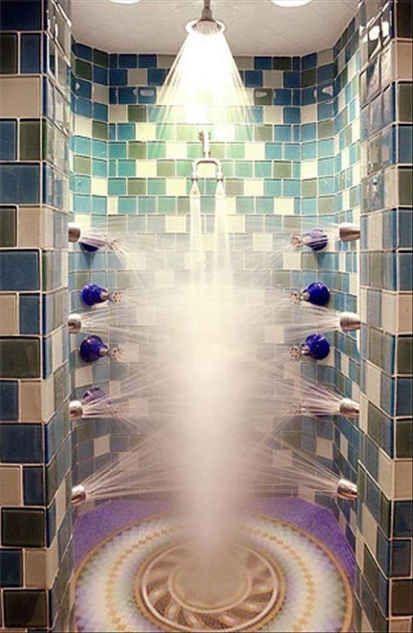 Những vòi sen với dòng nước mạnh bắn ra từ mọi phía sẽ giúp bạn được thư giãn toàn thân.