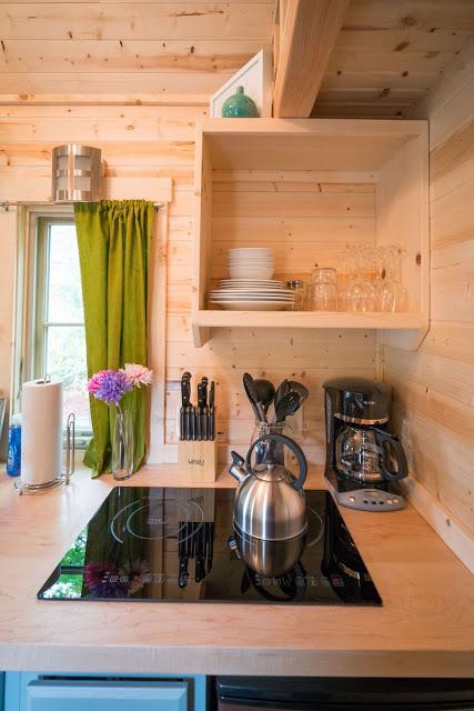 Mọi vật dụng trong nhà bếp được sắp xếp cẩn thận, gọn gàng và đúng vị trí.