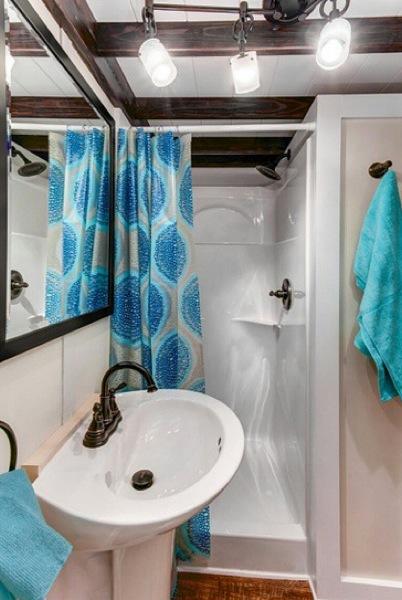 Chiếc gương to treo ngay trên bồn rửa nhìn ra bên ngoài khiến diện tích góc nhỏ bé này như được nhân đôi.