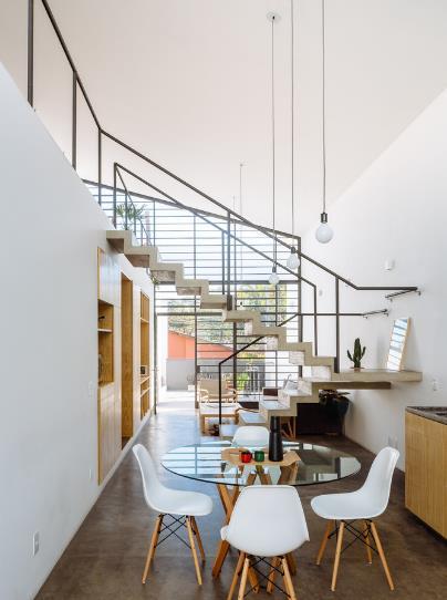 Khu bếp nhỏ xinh với một bàn ăn tròn cùng những chiếc ghế cách điệu.