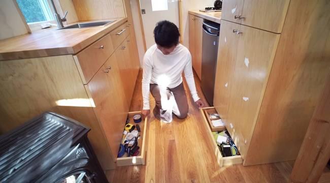 Vì diện tích nhỏ nên việc tận dụng hệ thống tủ kệ để tăng diện tích lưu trữ được chị Lustado tận dụng một cách tối đa.