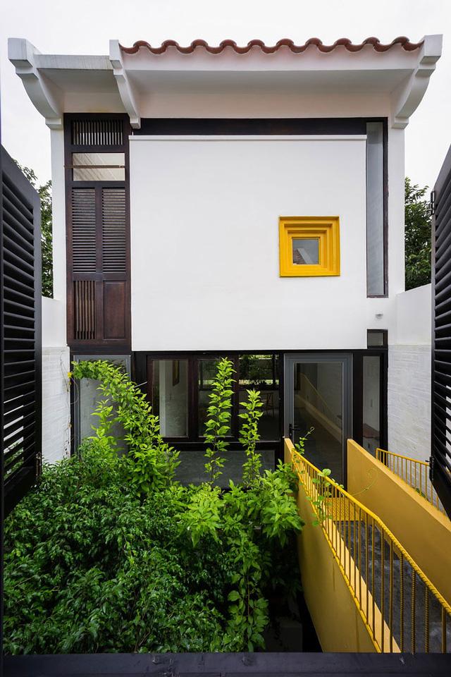 Ngôi nhà ống này lại được thiết kế đặc biệt với 4 mặt đứng khác nhau hình thành những khoảng trống bị kẹp ở giữa giống hệt như những giếng trời mang cây xanh và ánh sáng chan hòa cho tất cả các không gian trong nhà.