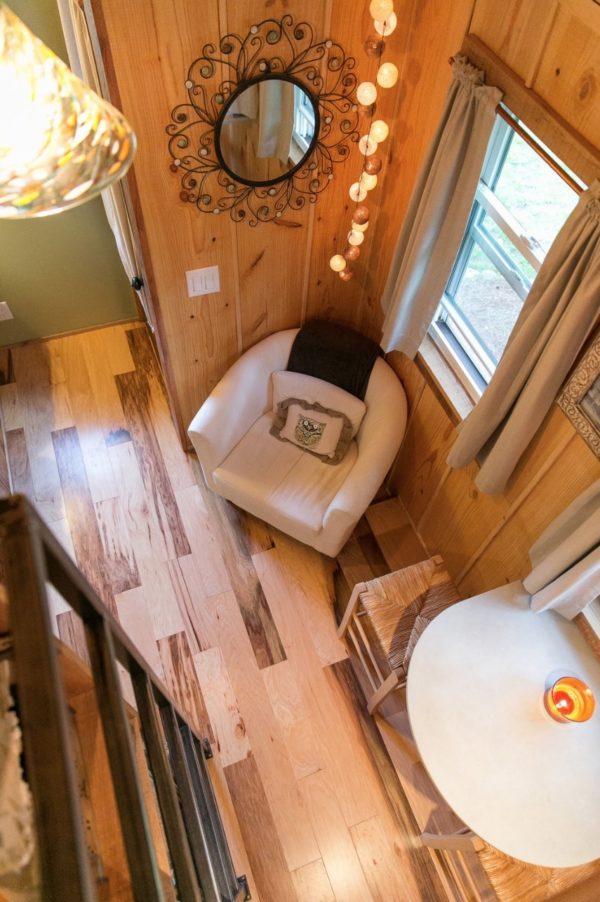 Góc nhỏ thoáng sáng ngay dưới cửa sổ còn có một chiếc ghế sofa đơn trắng mút cùng những chiếc gối ôm nhỏ xinh. Đây là góc đọc sách, thư giãn lý tưởng nhất trong ngôi nhà.
