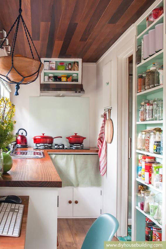 Góc bếp tuy nhỏ nhưng có thừa tủ chứa đồ cho khu vực này. Phía trên máy hút mùi được tận dụng làm tủ đựng các hộp da vị. Bên dưới là cả một hệ thống tủ kệ thỏa mãn nhu cầu lưu trữ các vật dụng nhà bếp.