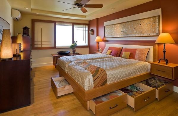 Cả một hệ thống ngăn kéo được bố trí xung quanh giường thoải mái lưu trữ đồ cho gia đình.