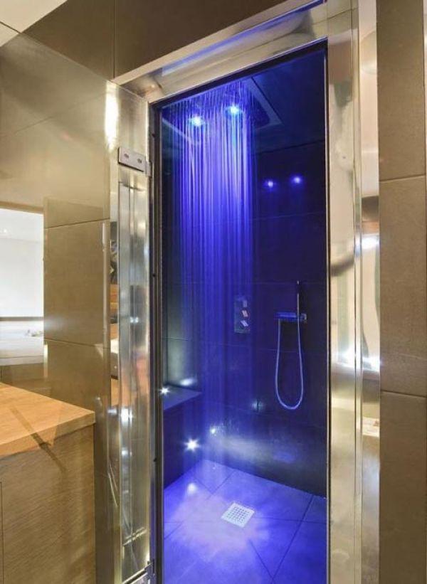Phòng tắm lãng mạn với ánh đèn màu cùng vòi sen gắn trần sẽ giúp bạn có cảm giác như đang được spa.
