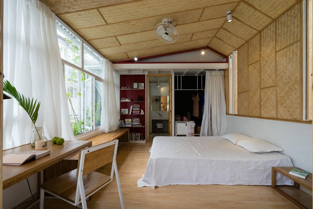 Hệ thống cửa kính rộng giúp không gian phòng ngủ tràn ngập ánh sáng.