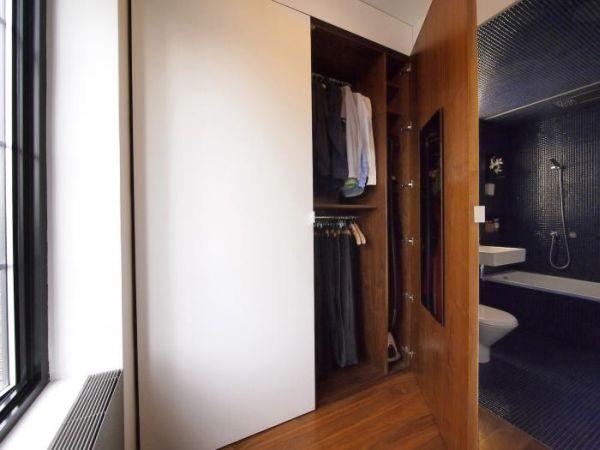 Phía trong cùng là khu vực vệ sinh và tủ đựng quần áo của chủ nhà. Không gian nơi đây cũng tràn ngập ánh sáng nhờ cửa sổ kính bên cạnh.