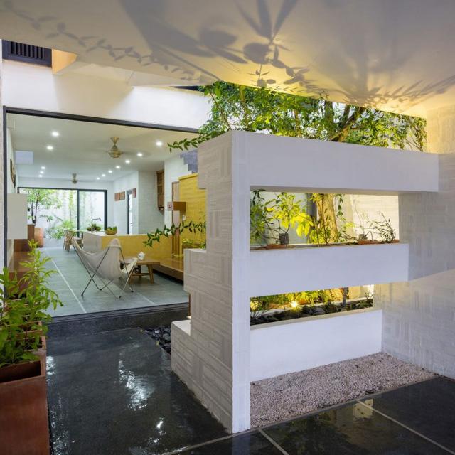 Một không gian sống lý tưởng cùng những miệt vườn nhỏ trong nhà, giúp chủ nhà được tận hưởng cuộc sống thoải mái, thư giãn hoàn toàn sau 1 ngày làm việc căng thẳng.