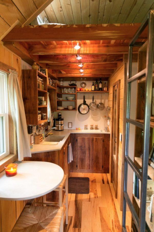 Sâu bên trong là khu vực bếp ăn tuy nhỏ nhưng rất gọn gàng và ngăn nắp.