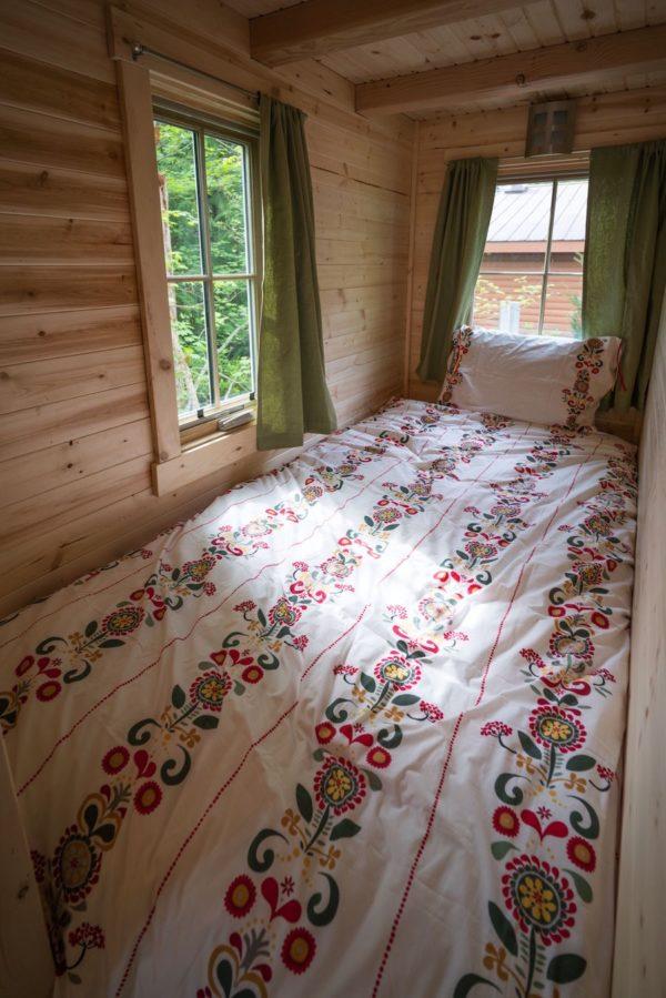 Một góc nghỉ ngơi nhỏ cạnh nhà tắm với view nhìn ra ngoài cực đẹp.