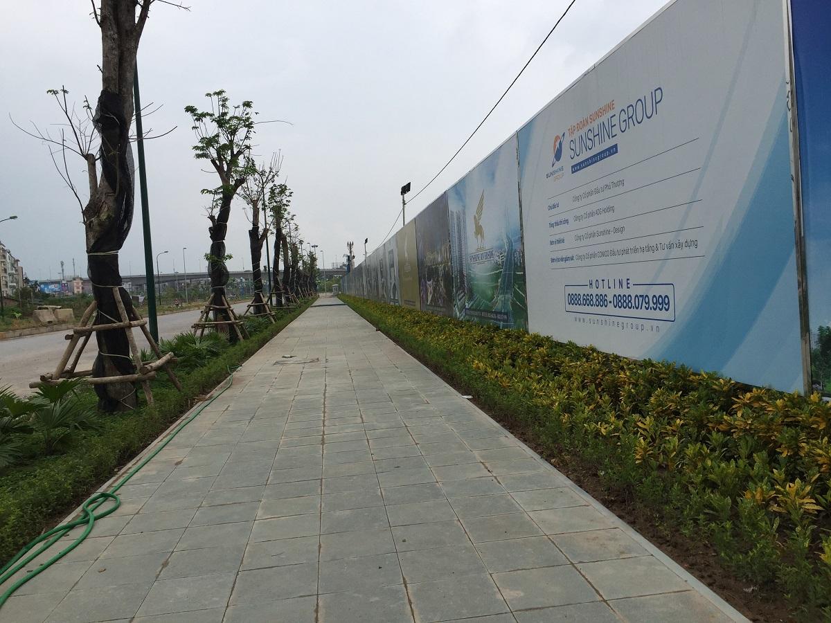 Bên ngoài công trình đã được chủ đầu tư lát đá và trồng cây xanh tạo cảnh quanh xung quanh.