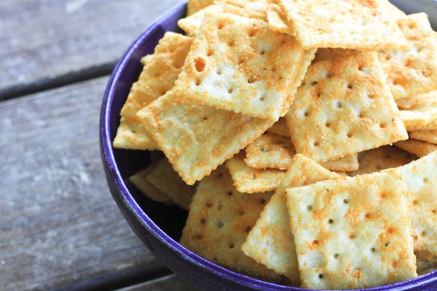 Bánh quy không đường hấp thụ và giảm axit dư thừa.