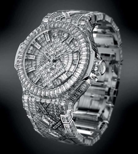 1. The Hublot - 5 triệu USD: Đây được cho là chiếc đồng hồ có giá đắt nhất thế giới với số lượng giới hạn. Nó được đính 1.200 viên kim cương với tổng cân nặng là 140 cara trong đó có 6 viên có cân nặng ít nhất 3 cara. 17 người làm trong 14 tháng là thời gian để hoàn thiện chiếc đồng hồ này. Siêu sao nổi tiếng của Mỹ - Beyonce Knowles đã mua đồng hồ này cho chồng Jay-Z với giá 5 triệu USD.
