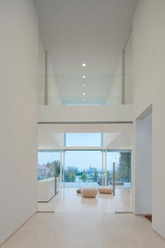Lối ra phòng trên tầng thượng trắng sáng với thiết kế hiện đại.