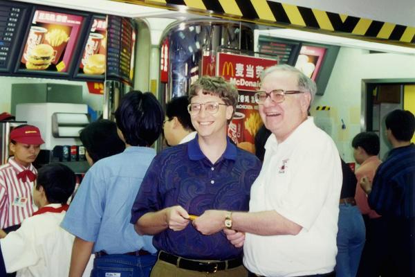 Bill Gates và Warren Buffett ở một cửa hàng McDonalds tại Hong Kong.