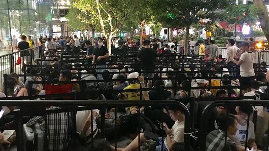 Quang cảnh dòng người xếp hàng trước cửa Apple Store ở Singapore trong tối ngày hôm qua.