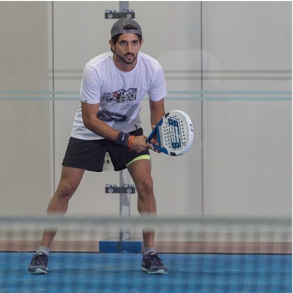 Anh cũng thường xuyên chơi tennis.