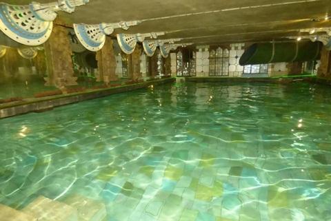 Bể bơi nước nóng dưới tầng hầm căn nhà.