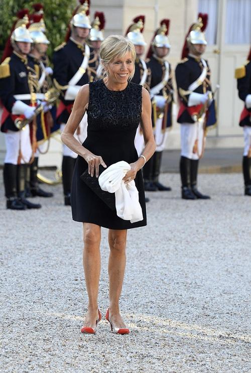 Những mẫu váy hở tay giản dị kết hợp với túi xách trang nhã dường như rất hợp với tân phu nhân Tổng thống Pháp.