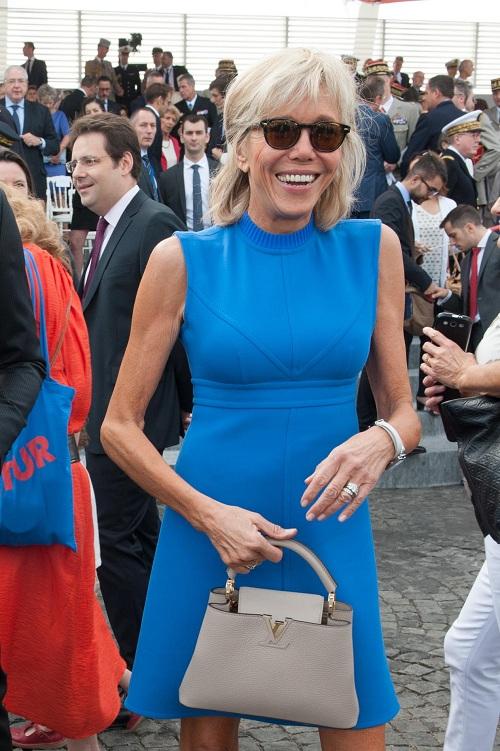 Nhãn hiệu thời trang ưa thích của phu nhân tân Tổng thống Pháp là Louis Vuitton. Trong ngày Quốc khánh Pháp năm 2015, bà Brigitte xuất hiện trong bộ váy xanh cobalt, giày cùng tông và chiếc túi xách trang nhã của LV.