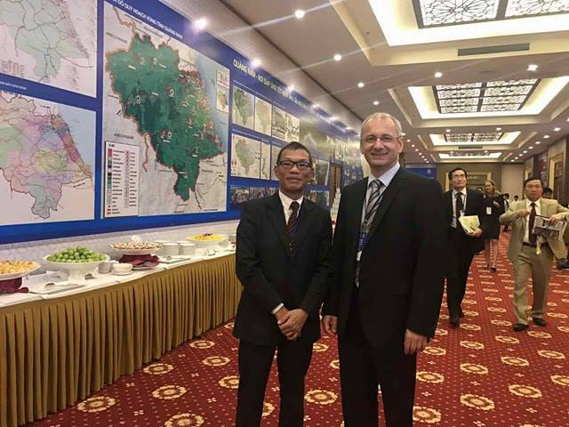 Ông Võ Quang Huệ - TGĐ Bosch Việt Nam và ông Gerd Teufel, TGĐ công ty Groz-Beckert (Đức) tại Hội nghị xúc tiến đầu tư tỉnh Quảng Nam 2017.