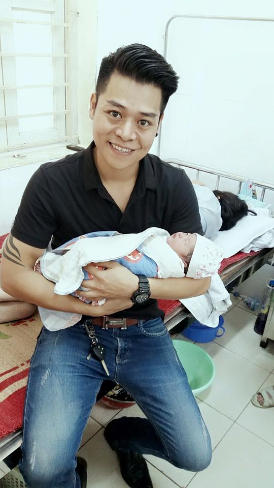 Anh Nam và bạn đưa mẹ con sản phụ Hằng đến bệnh viện cấp cứu. Ảnh: Nguyễn Nam.