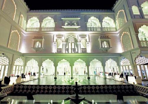 Toàn bộ tòa nhà lung linh như lâu đài trong truyện cổ tích vào ban đêm.