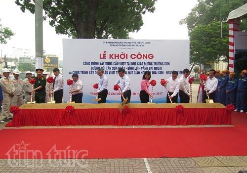 Bí thư Thành ủy Đinh La Thăng cùng đại diện lãnh đạo các đơn vị làm Lễ khởi công dự án.